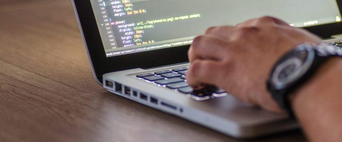 un développeur protège le code source ordinateur